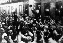 Лењин долази у Петроград. Типично за комунисте - иза њега је залепљен Стаљин
