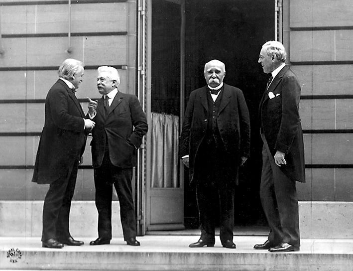 Творци Југославије, 1919. у Версају: Лојд Џорџ, Орландо, Клемансо и Вилсон. Орландо је из протеста напустио конференцију, а Вилсон и Лојд Џорџ су надгласали Клемансоа