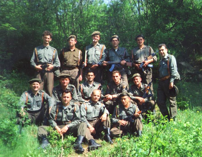 Негде у Шумадији, маја 1999. Милослав Самарџић седи први с лева